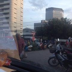 Photo taken at ตลาดนัดแยกกรุงเทพกรีฑา (Yaek Krungthep Kritha Market) by KA W. on 7/6/2014