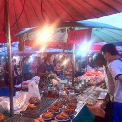Photo taken at ตลาดนัดแยกกรุงเทพกรีฑา (Yaek Krungthep Kritha Market) by KA W. on 9/7/2013