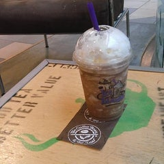 Photo taken at The Coffee Bean & Tea Leaf by Mya T. on 9/9/2014