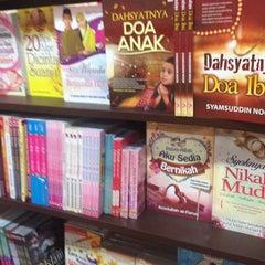 Photo taken at Harris Bookstore by Rara on 11/20/2014