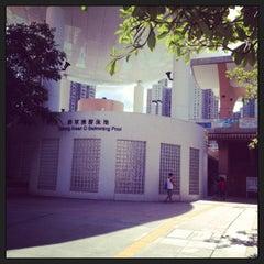 Photo taken at Tseung Kwan O Swimming Pool 將軍澳游泳池 by Sin Ho Yin on 8/4/2013