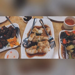 Photo taken at King Bee Chinese Restaurant by Jezyl E. on 5/10/2015