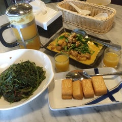 Photo taken at Organic Express - Meat Free Dining Experience - TCH by Alex L. on 6/20/2015