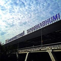 Photo taken at Suvarnabhumi Airport (BKK) ท่าอากาศยานสุวรรณภูมิ by NÜnii P. on 7/27/2013