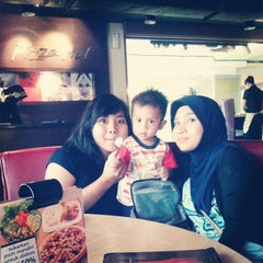 Photo taken at Pizza Hut by Finy R. on 12/26/2014
