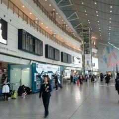 Photo taken at MTR Hong Kong Station 香港站 by Eddie P. on 11/28/2012