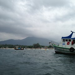 Photo taken at ท่าเทียบเรือหน้าเกาะหลีเป๊ะ by Patpans P. on 4/10/2013