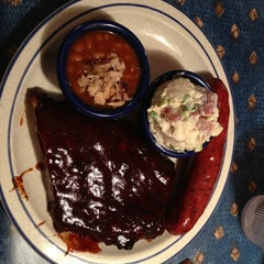 Photo taken at Red Hot & Blue  -  Barbecue, Burgers & Blues by Erlie P. on 8/11/2013