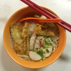 Photo taken at Jalan Ipoh Curry Mee by Bernad J. on 5/18/2016