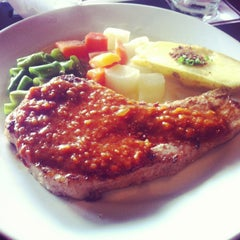 Photo taken at Chokchai Steak House (โชคชัยสเต็คเฮ้าส์) by Tiny M. on 4/20/2013