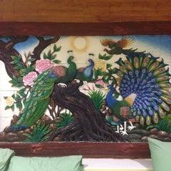 Photo taken at บ้านผาสวรรค์ รีสอร์ท (อุทยานไม้หอม อุทยานผลไม้) by Хан Ч. on 5/24/2014
