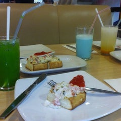 Photo taken at Pizza Hut by samgar y. on 10/21/2014