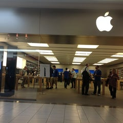 Photo taken at Apple Store, Dadeland by Caio B. on 10/23/2012