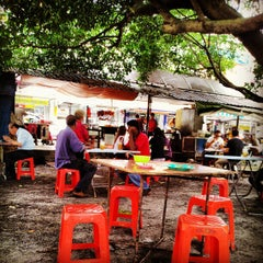 Photo taken at Jalan Ipoh Curry Mee by Zac K. on 11/20/2012