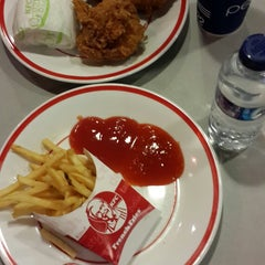Photo taken at KFC by kiki r. on 11/22/2014