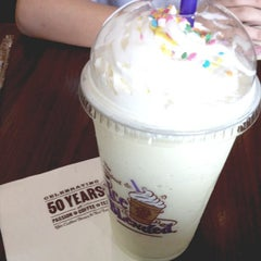 Photo taken at The Coffee Bean & Tea Leaf by Dominique N. on 6/15/2013