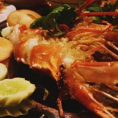 Photo taken at สวนอาหารซุ้มไผ่ (Sum Phai Restaurant) by Ikemin K. on 9/21/2015