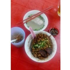 Photo taken at 三间庄猪肉丸粉 Pork Ball Noodle by happy.C on 8/22/2015