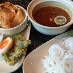 Photo taken at Kanom Jeen Bangkok (ขนมจีนบางกอก) by Nokky J. on 6/8/2014