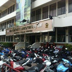 Photo taken at สถานีตำรวจนครบาลพญาไท (Phayathai Police Station) by Proypry S. on 10/20/2012