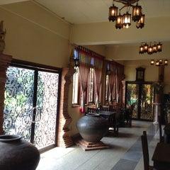 Photo taken at Ruean Thai Hotel Sukhothai by Pornthep N. on 10/4/2014