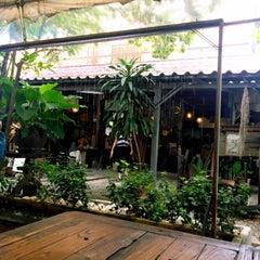 Photo taken at ก๋วยเตี๋ยวเรือนายหงอก บ้านสวน by Aey S. on 8/16/2015