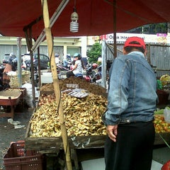 Photo taken at Pasar Flamboyan by Asa Tarida Widyasari S. on 12/23/2012
