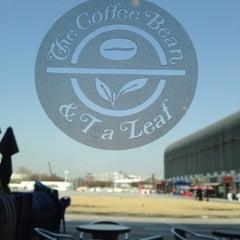 Photo taken at The Coffee Bean & Tea Leaf by Joseph on 4/13/2013