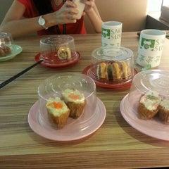 Photo taken at Sakae Sushi by Miss L. on 11/29/2013