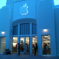 Photo taken at Apple Store, Lincoln Road by Márcio R. on 12/11/2012