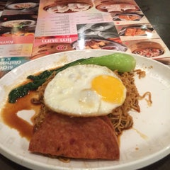 Photo taken at Xin Wang Hong Kong Café   新旺香港茶餐厅 by Boy R. on 3/8/2015