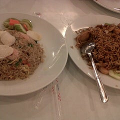 Photo taken at D'Cost Seafood by Desy R. on 3/6/2015