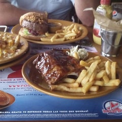 Photo taken at Foster's Hollywood by Jordi G. on 7/31/2014