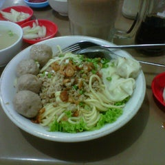 Photo taken at Mie Pangsit Gajah Mada by Sri M. on 8/17/2013
