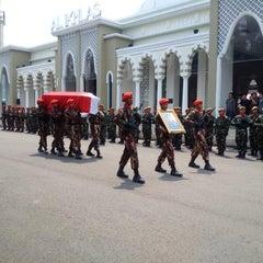 Photo taken at Taman Makam Pahlawan Nasional (TMPN) Cikutra by D  80Y on 5/8/2015