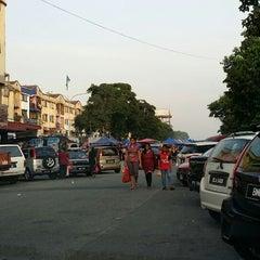 Photo taken at Pasar Malam Taman Andalas by Darul Irwan on 1/21/2014