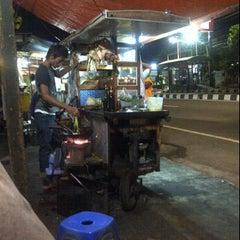 Photo taken at Bakmi dan Nasi Goreng Batas Kota by Jendral Donie A. on 11/25/2011