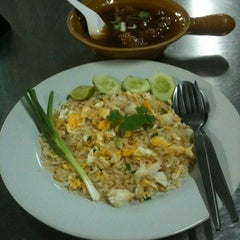 Photo taken at ข้าวผัดปูเมืองทอง ๑ (Mueang Thong Crab-meat Fried Rice 1) by Pariphat T. on 6/18/2012