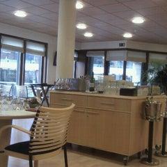 Photo taken at La Brasserie Van Maerlant by Cyril H. on 3/31/2011