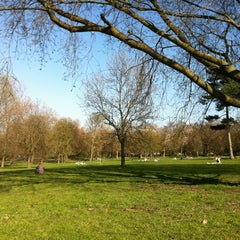 Photo taken at Finsbury Park by Sibelle H. on 3/28/2012
