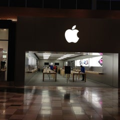 Photo taken at Apple Store, Brandon by Louis R. on 8/10/2012