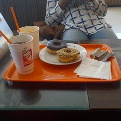Photo taken at Dunkin' Donuts by Heny P. on 8/2/2014