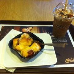 Photo taken at McDonald's / McCafé by Alanqq M. on 5/14/2013