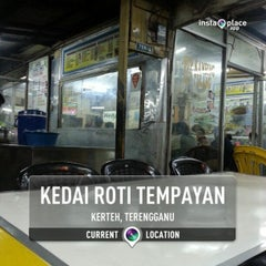Photo taken at Kedai Roti Tempayan by Hafizuddin K. on 10/11/2013