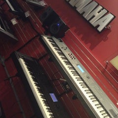 Photo taken at Guitar Center by Olya E. on 7/31/2013