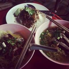 Photo taken at ร้านสุดยอดข้าวหน้าเป็ด by วรรณปภา พ. on 10/21/2014