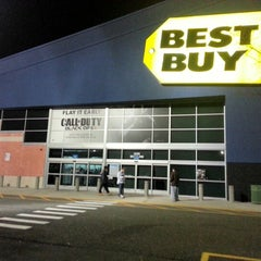 Photo taken at Best Buy by Fischbachs on 11/13/2012