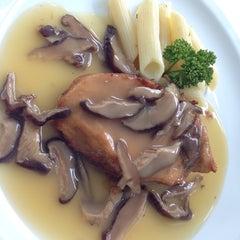 Photo taken at SPA FOODS by The Vegetarian Cottage (สปาฟู้ดส์ สาขากระท่อมมังสวิรัติ) by Minnie M. on 10/3/2014