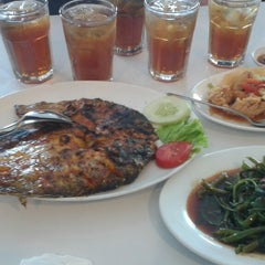 Photo taken at D'Cost Seafood by Rahma W. on 6/1/2014