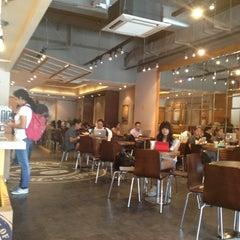 Photo taken at The Coffee Bean & Tea Leaf by Joyski V. on 5/6/2013